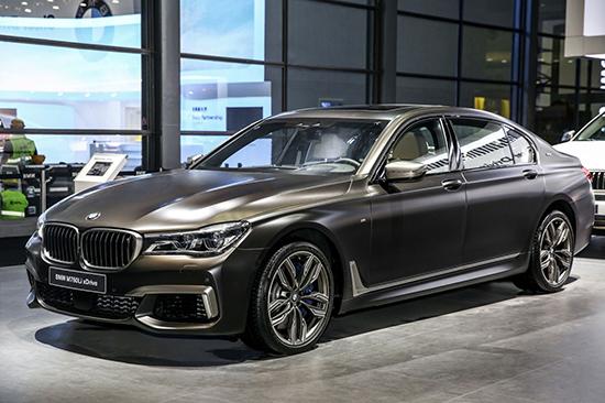 【BMW M760Li xDrive】   BMW i8质子红限量版惊艳亮相:全球最成功的插电混动跑车个性领衔   BMW i8是全球最成功的插电式混合动力跑车,而BMW i8质子红限量版也在本次车展惊艳亮相,作为BMW i家族的旗舰车型,其特殊的红色车漆带来强烈的视觉冲击,将无与伦比的运动性能与未来感美学合二为一。   2017年,宝马集团启动了以电动化为核心的Project i的第二个十年规划。今年也将实现全球新能源汽车销量的第二个10万辆,这也将进一步丰富新能源产品布局:包括2018年量产的BM